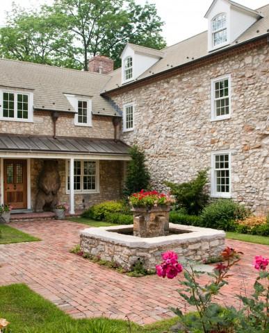 English-style farmhouse courtyard