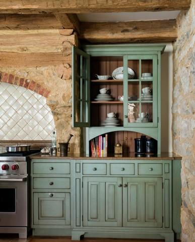 English-style farmhouse kitchen cabinets